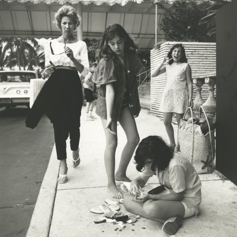 GIRLS WITH COINS, CHICAGO 1960, 12 X 12 IN (IMAGE), 20 X 16 IN (PAPER) MODERN GELATIN SILVER PRINT, LTD. ED. OF 15 0117472