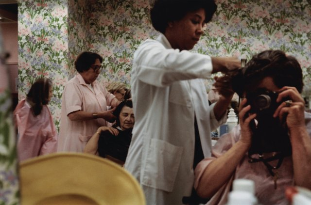 SELF-PORTRAIT BEAUTY SHOP, CHICAGO 1971, 10 X 15 IN (IMAGE), 20 X 16 IN (PAPER) CHROMOGENIC PRINT, LTD. ED. OF 15 0114118